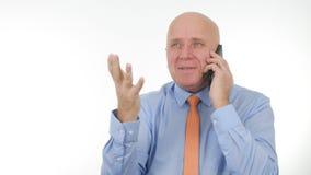 Affärsman Image Talk till Smartphone och att göra handgester arkivbilder