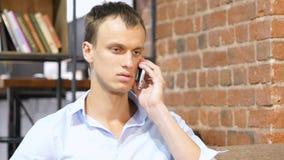 affärsman isolerad talande white för mobil telefon Arkivfoton