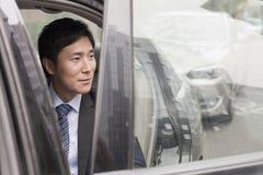 Affärsman Leaving Car royaltyfria bilder