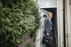 Affärsman Leaving för arbete arkivbild
