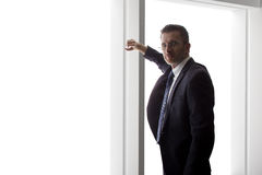 Affärsman Looking Out ett stort fönster Royaltyfria Bilder