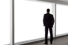 Affärsman Looking Out ett stort fönster Royaltyfri Fotografi