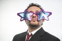 Affärsman med achieveren den stjärnor för exponeringsglas galen och rolig, royaltyfri foto