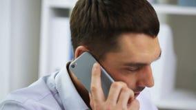 Affärsman med att kalla på smartphonen lager videofilmer