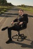Affärsman med att koppla av som är utomhus- Arkivfoto