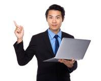Affärsman med bärbar dator- och fingerpunkt upp Royaltyfria Bilder