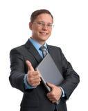 Affärsman med bärbar dator som visar upp tum Royaltyfri Foto