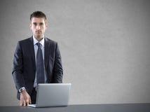 Affärsman med bärbara datorn royaltyfri bild