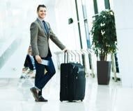 Affärsman med bagage Arkivbild