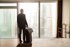 Affärsman med bagage som är klart för affärstur royaltyfri foto