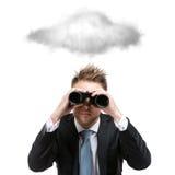 Affärsman med binokulära ställningar under molnet arkivbild