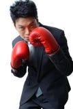 Affärsman med boxninghandsken som är klar att slåss med arbete, affär Arkivbild