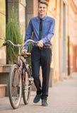 Affärsman med cykeln royaltyfri foto