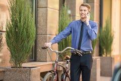 Affärsman med cykeln royaltyfri fotografi