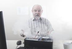 Affärsman med datorproblem Arkivfoto