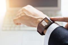 Affärsman med deltids- ord för arbete på smartwatchskärmen Royaltyfria Foton