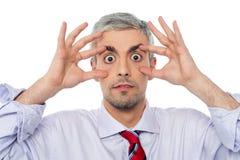 Affärsman med den öppna ögonsneda bollen arkivbild