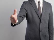 Affärsman med den öppna handen som är klar att handla, att bli partner med, att kopiera utrymme arkivfoto
