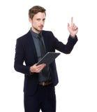 Affärsman med den digitala minnestavlan och fingret upp Royaltyfria Foton