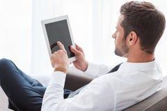 Affärsman med den digitala tableten Royaltyfria Bilder