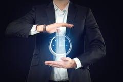 Affärsman med den faktiska klockan på mörk bakgrund Begrepp f?r Tid ledning fotografering för bildbyråer