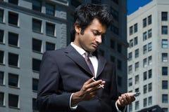 Affärsman med den handheld datoren royaltyfri bild