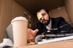 Affärsman med den klibbigt anmärkningen och kaffe Fotografering för Bildbyråer
