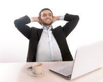 Affärsman med den lycklig datoren som kopplas av och Arkivfoto