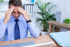 Affärsman med den stränga huvudvärken som rymmer hans huvud Fotografering för Bildbyråer