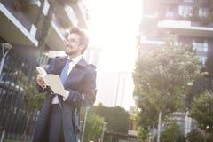 Affärsman med den utomhus- boken arkivbilder
