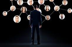 Affärsman med det faktiska företags nätverket arkivbilder