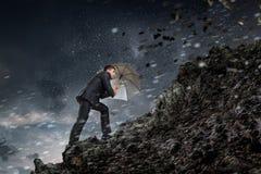 Affärsman med det svarta paraplyet Blandat massmedia Blandat massmedia Fotografering för Bildbyråer