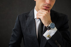 Affärsman med det utsmyckade armbandsuret Royaltyfria Bilder