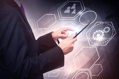 Affärsman med digitala minnestavla- och cybersymboler Arkivfoton