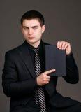 Affärsman med en anteckningsbok fotografering för bildbyråer
