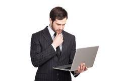 Affärsman med en bärbar dator royaltyfri foto