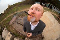 Affärsman med en cigarett Royaltyfri Foto