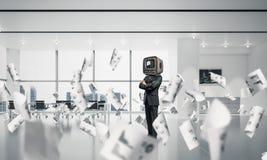 Affärsman med en gammal TV i stället för huvudet Fotografering för Bildbyråer