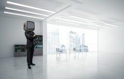 Affärsman med en gammal TV i stället för huvudet Royaltyfri Bild