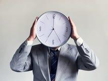 Affärsman med en klocka i stället för ett huvud Begreppsaffär och effektivitet Tid och schema Pengar och tid royaltyfria bilder