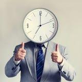 Affärsman med en klocka i stället för ett huvud Begreppsaffär och effektivitet Tid och schema Pengar och tid arkivfoton