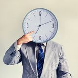 Affärsman med en klocka i stället för ett huvud Begreppsaffär och effektivitet Tid och schema Pengar och tid royaltyfri foto