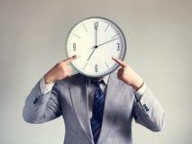 Affärsman med en klocka i stället för ett huvud Begreppsaffär och effektivitet Tid och schema Pengar och tid royaltyfria foton