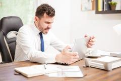Affärsman med en långsam internetuppkoppling arkivbild