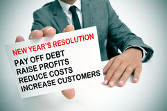 Affärsman med en lista av upplösningar för nya år Arkivfoton