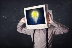 Affärsman med en ljus kula för för PCbildskärmhuvud och idé i Det Arkivfoton