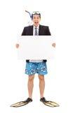 Affärsman med en snorkel som rymmer ett baner royaltyfri bild