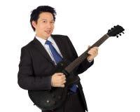 Affärsman med en svart elektrisk gitarr Royaltyfri Fotografi