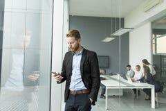 Affärsman med en telefon Arkivfoton