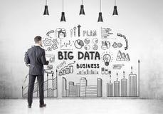 Affärsman med ett dokument, bakre sikt, stora data Arkivbilder